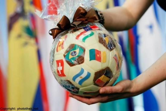 wm-ball-aus-schokolade-auswartiges-amt-uberreicht-durch-am-steinmeier1